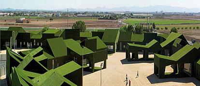 Las empresas de césped artificial recubrimos fachadas de viviendas de césped.