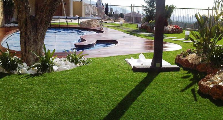 Césped artificial en jardín.